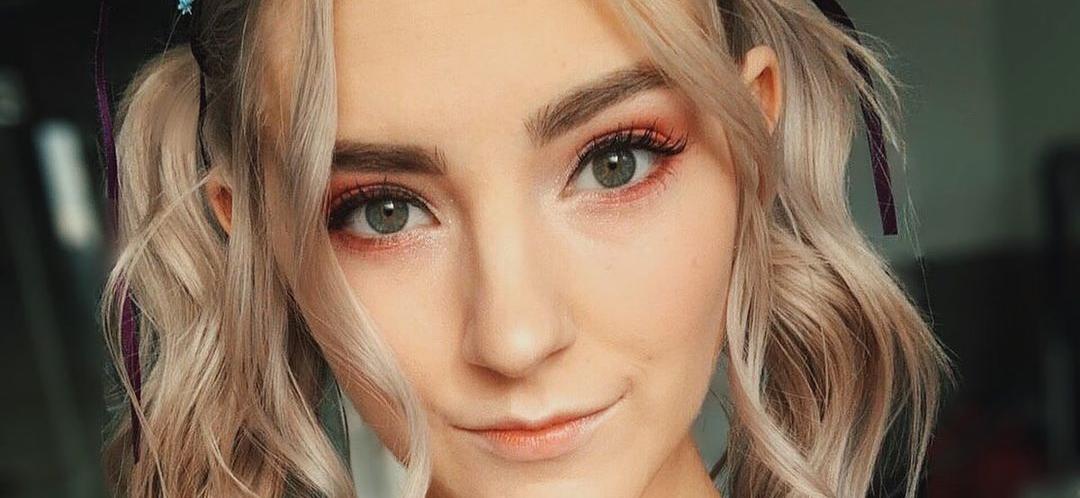 Live Cam Model Eva Elfie Is Pretty In Pink for Instagram Milestone