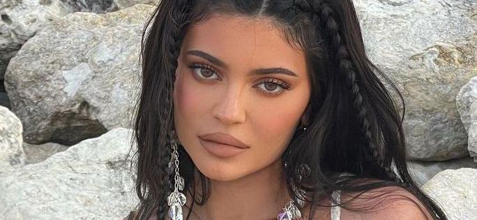 Kylie Jenner Shows Off Gorgeous Wet Hair In Knotted-Up Shirt