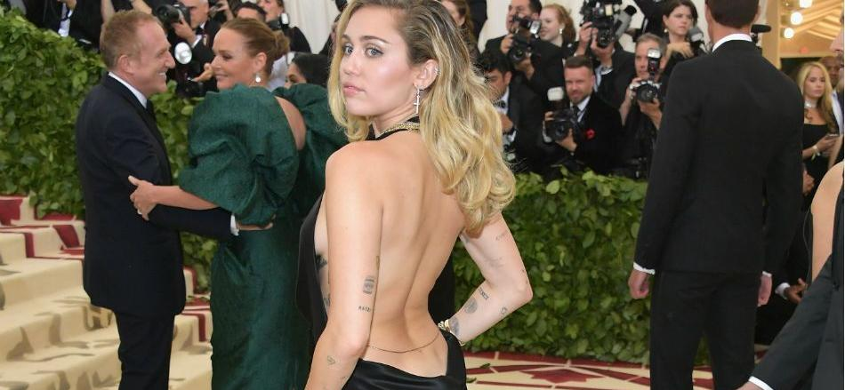 Miley Cyrus Goes Braless In Dishwashing Gloves To Remind Instagram To 'Wash Your Hands'