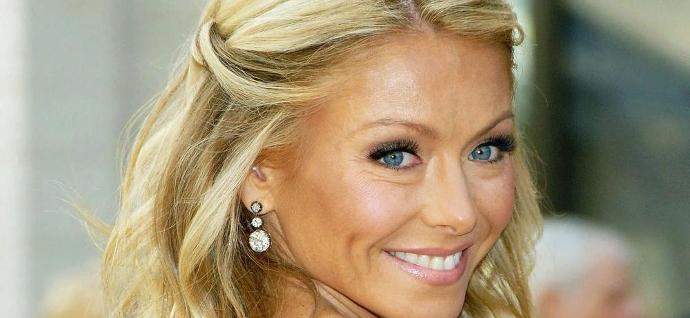 Kelly Ripa Flaunts Bare Shoulders, Pearl Necklace For Marriage Goals
