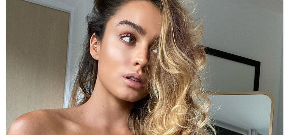 Sommer Ray Bends Over In Skimpy Spandex Showing Nervous Twitch