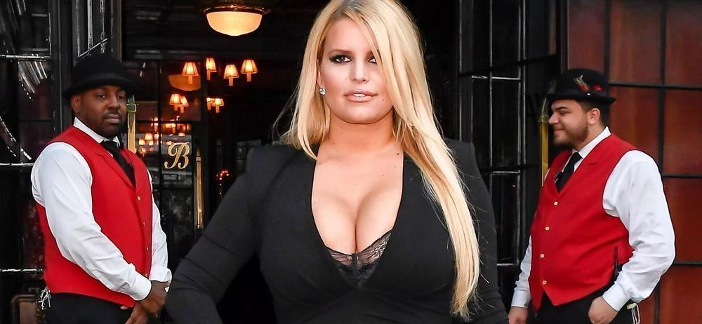 Jessica Simpson Hangs From A Pea-Green Car To Make A Sale