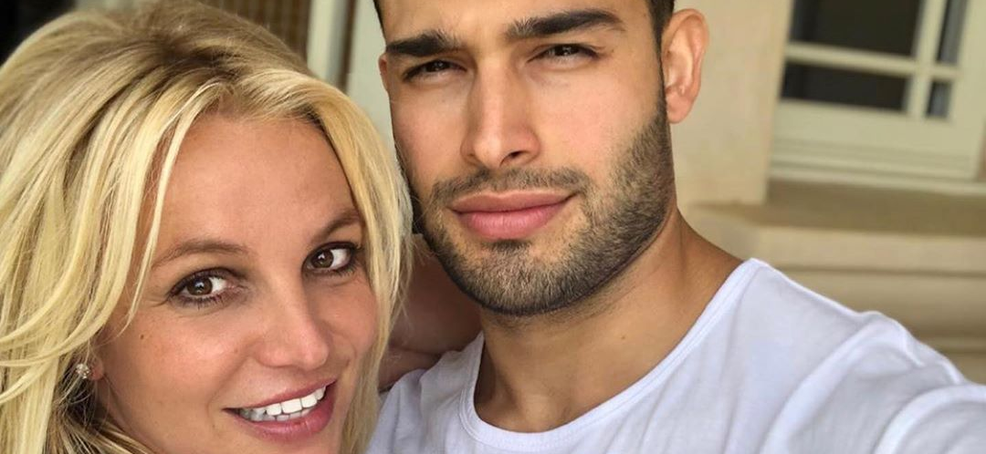 Britney Spears Gets Tangled Up In Boyfriend On Sexy Getaway!