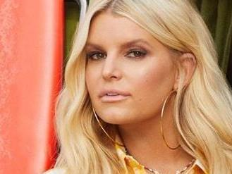 Jessica Simpson Gets 'Em Going With Shirt Lift After Bathtime