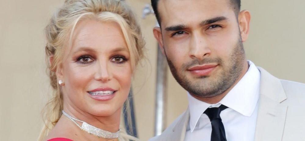 Britney Spears' Piggy-Back Hike Makes Boyfriend Sweat